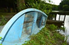 Stara podława łódź na brzeg blisko jeziora zdjęcie stock