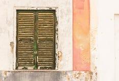 Stara podława drewniana nadokienna żaluzja z wietrzejącą ścianą obrazy royalty free