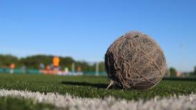Stara podława piłka kłama na boisku piłkarskim zdjęcie wideo