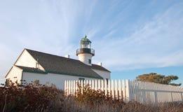 STARA point loma latarnia morska PRZY CABRILLO KRAJOWYM zabytkiem POD BŁĘKITNYM chmury pierzastej chmury niebem PRZY point loma S Zdjęcia Stock