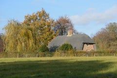 Stara pokrywająca strzechą chałupa w Thurston wsi przeglądać od społeczeństwa fotografia royalty free