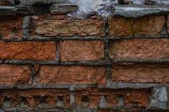Stara pomarańcze i czerwień Uszkadzająca ściana z cegieł obrazy royalty free