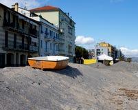 Stara pomarańczowa łódź na plaży w ligurian morzu zdjęcie royalty free
