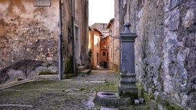 Stara pompa wodna w zaciszności i stary uliczny Włochy Zdjęcia Royalty Free