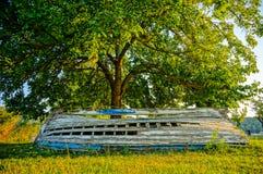 Stara porzucona drewniana łódź pod drzewem. HDR obrazek Zdjęcie Stock