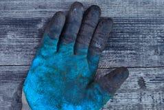 Stara pracy rękawiczka, gumowa rękawiczka, ochronna rękawiczka, fachowa ręki ochrona rękawiczka jest ubranym, brudna rękawiczka Obrazy Royalty Free