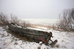 Stara przegniła łódź na plaży obraz stock