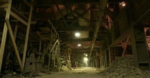 Stara przerażająca ciemna zbutwiała fabryka fotografia stock