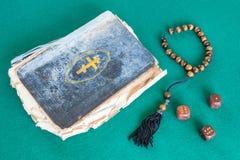 Stara psalm książka, zmartwienie koraliki i trzy drewniani, dices zdjęcia royalty free