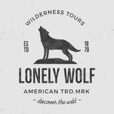 Stara pustkowie etykietka z wilka i typografii elementami Rocznika stylowy wilczy logo Druki wyć wilka projekt unikalny Obraz Royalty Free