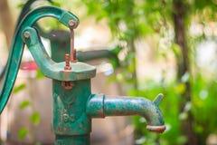 Stara ręczna pompa wodna (Dźwigniowa pompa) Rocznik obsady żelaza pompa wodna Obraz Stock