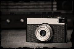 Stara ręczna kamera z starym radiem fotografia royalty free