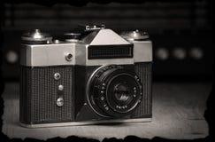 Stara ręczna kamera z starym radiem zdjęcia stock