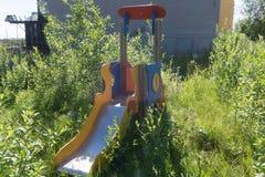 Stara rdzewiejąca dziecka ` s boisk dramatyczna wakacyjna stal, zdjęcia stock