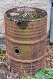 Stara rdzewiejąca nafciana beczka w ogródzie zdjęcia stock