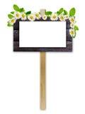 Stara reklamy deska z białym papierem i kwiatami Obraz Stock
