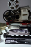 Stara retro kamera, ekranowy clapper, rolki film i 35mm pudełka f Obraz Royalty Free