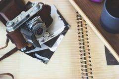 Stara retro kamera na starzejącym się albumu fotograficznym Obraz Royalty Free