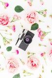 Stara retro kamera, róże, pączki i liście na białym tle, Mieszkanie nieatutowy, odgórny widok ornamentu geometryczne tła księgi s Zdjęcia Royalty Free