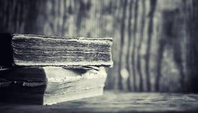 Stara retro książka na stole Encyklopedia past na a zdjęcia stock