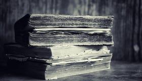 Stara retro książka na stole Encyklopedia past na a obrazy stock