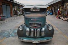 Stara rocznik zieleni chevroleta ciężarówka przy noc rynkiem, Srinakarin ro Fotografia Stock