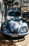 Stara rocznika Volkswagen ściga parkująca w cieniu obraz stock