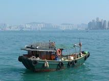 Stara rybak łódź z wysokiego budynku plecy ziemią Zdjęcie Stock