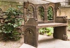 Stara rzeźbiąca ławka w sercu miasto Londyn Zdjęcia Royalty Free