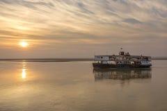 Stara Rzeczna łódź Myanmar - Irrawaddy rzeka - Zdjęcie Royalty Free
