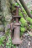 Stara samochodowa dźwigarka drzewem zdjęcie royalty free