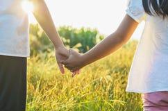 Stara siostra i młoda siostra trzymamy rękę Zdjęcie Royalty Free