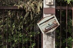 Stara skrzynka pocztowa i ogrodzenia obraz royalty free