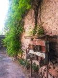 Stara skrzynka pocztowa na ścianie zdjęcie royalty free