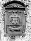 Stara skrzynka pocztowa w obsady żelazie zdjęcia stock