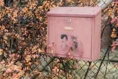 Stara skrzynka pocztowa z liczbą 35 na starym metalu ogrodzeniu w dalekiej wiosce fotografia stock