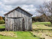 Stara stajni ir jata z wietrzejącym drewnem na gospodarstwie rolnym Zdjęcia Royalty Free