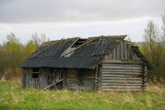Stara stajni scena w zachodnim Rosja nieociosany stary rolny budynek stary wieśniak barn Pskov oblast, północnego zachodu Rosja c Zdjęcia Royalty Free