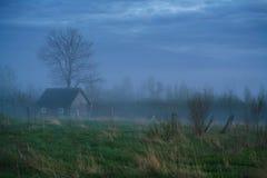 Stara stajni scena w zachodnim Rosja nieociosany stary rolny budynek stary wieśniak barn Pskov oblast, północnego zachodu Rosja c Obraz Royalty Free