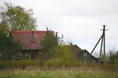 Stara stajni scena w zachodnim Rosja nieociosany stary rolny budynek stary wieśniak barn Pskov oblast, północnego zachodu Rosja c Zdjęcia Stock