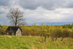Stara stajni scena w zachodnim Rosja nieociosany stary rolny budynek stary wieśniak barn Pskov oblast, północnego zachodu Rosja c Zdjęcie Stock
