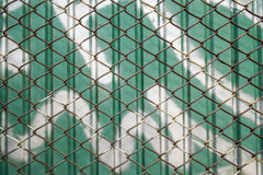 Stara stali sieć z zieleń cynku ścianą Zdjęcia Royalty Free