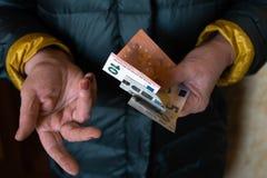 Stara starsza kobieta trzyma EURO banknoty europejska pensyjna emerytura - Wschodnich - zdjęcie royalty free