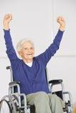 Stara starsza kobieta w wózka inwalidzkiego dopingu Obrazy Royalty Free