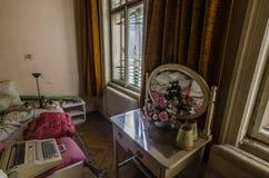 stara sypialnia z lustrem obrazy stock