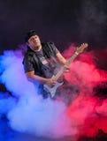 Stara szkoła rockowy muzyk bawić się gitarę. Obrazy Royalty Free