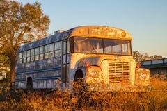 Stara szkoła autobus w polu Obrazy Stock