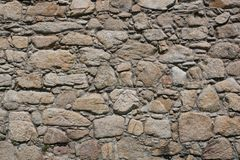 Stara, szorstka, nierówna kamienna ściana, zdjęcia stock