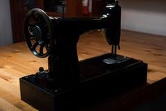 Stara szwalna maszyna na drewnianym stole Zdjęcie Royalty Free