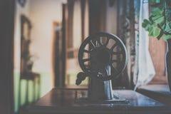 Stara Szwalna maszyna na stole Obraz Stock